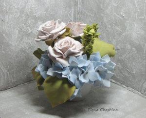 розы и голубая гортензия0 300x242 Интерьерная композиция