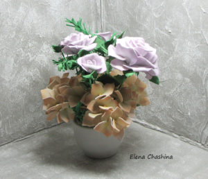 розы и желтая гортензия0 300x258 Интерьерная композиция